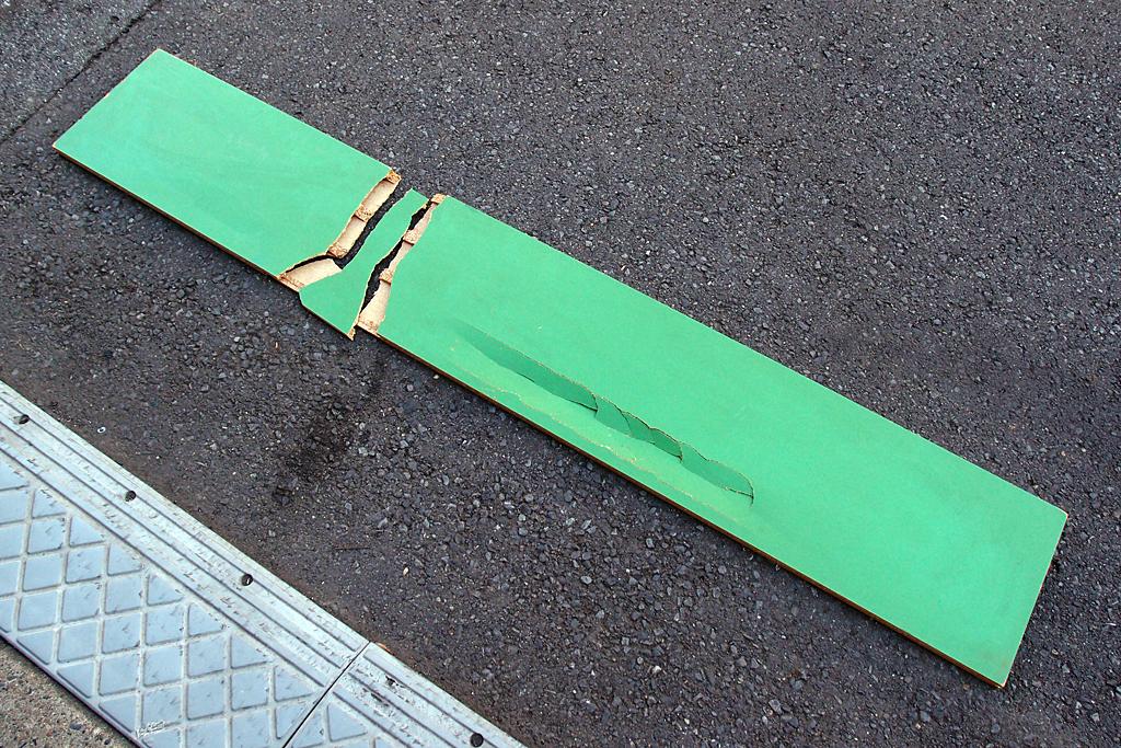 粉砕したパーチクルボード製の棚板
