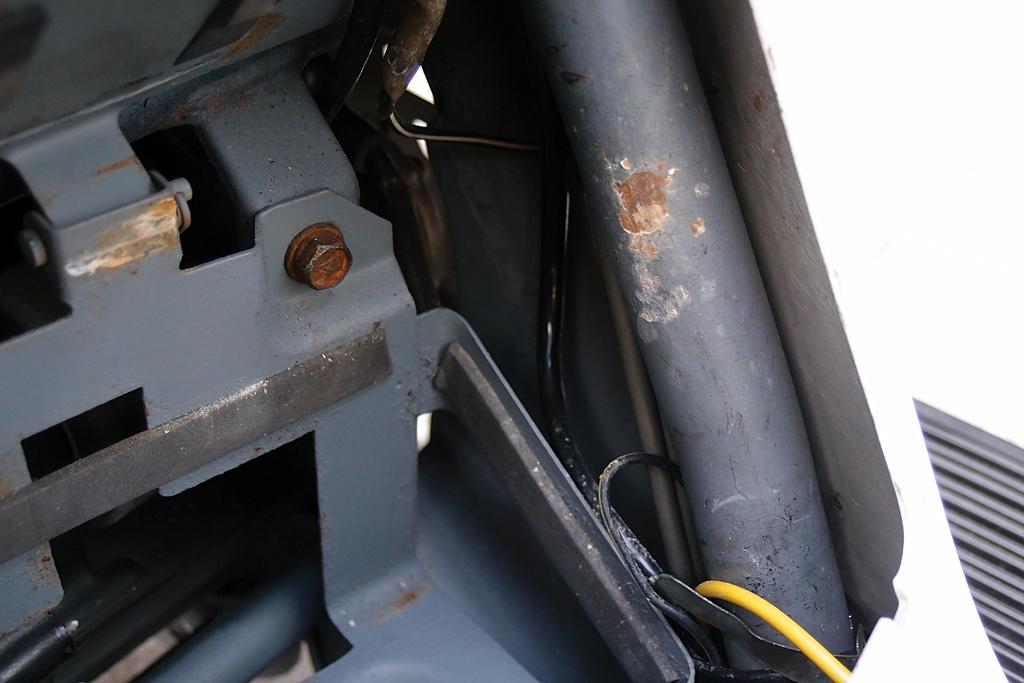 YB9-Bの排気管の排気で侵された塗装