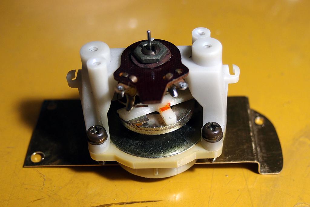 真鍮板で自作したタコメーターユニット取り付け用ステー