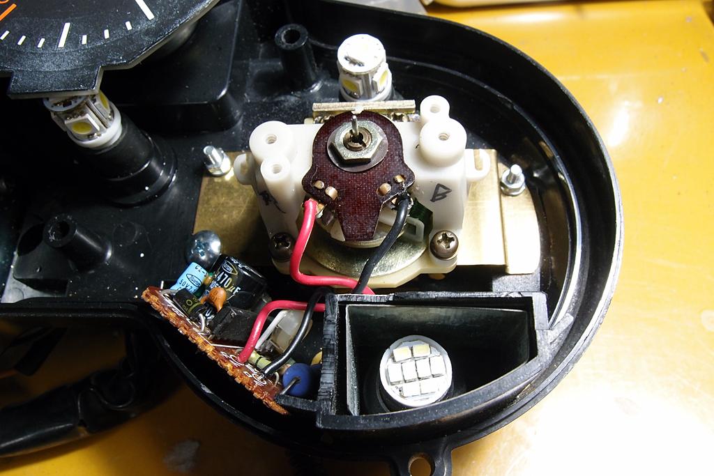 ぎりぎりに収まった電気式タコメーターユニットのパーツ