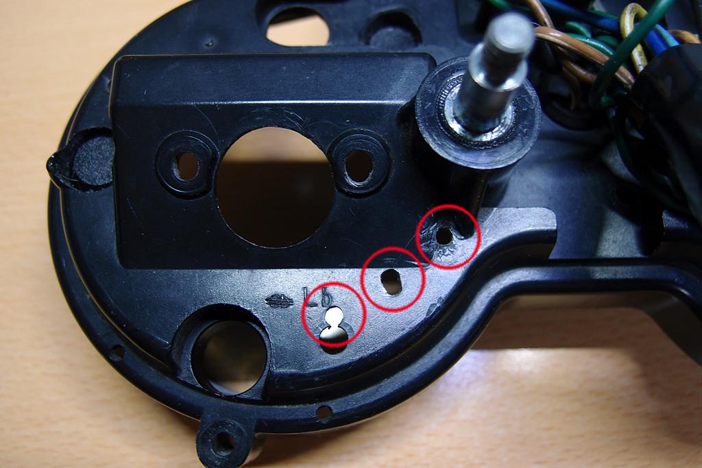 電気式タコメーターユニット配線用の小穴
