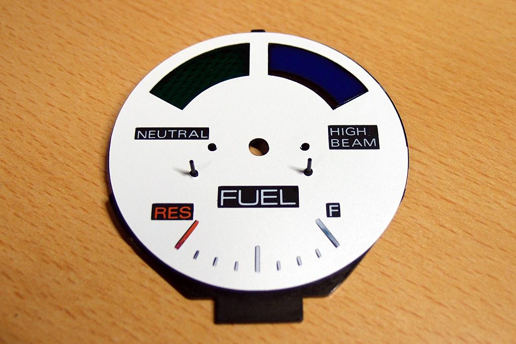 カッティングシートで補修した燃料計の文字盤