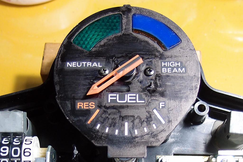 油性マーカーの補修で失敗した燃料計の文字盤