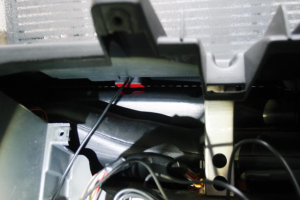GPSアンテナはダッシュボード裏に貼付