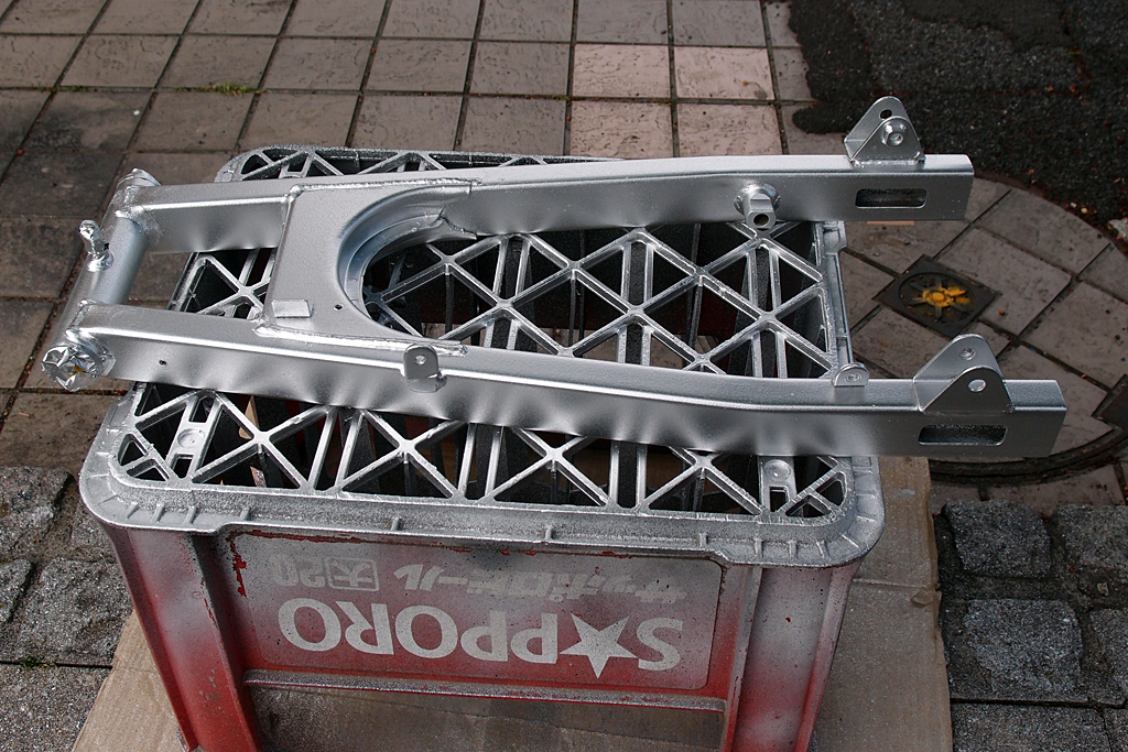 アクリル系シルバーで塗装したCBX125Fのスイングアーム