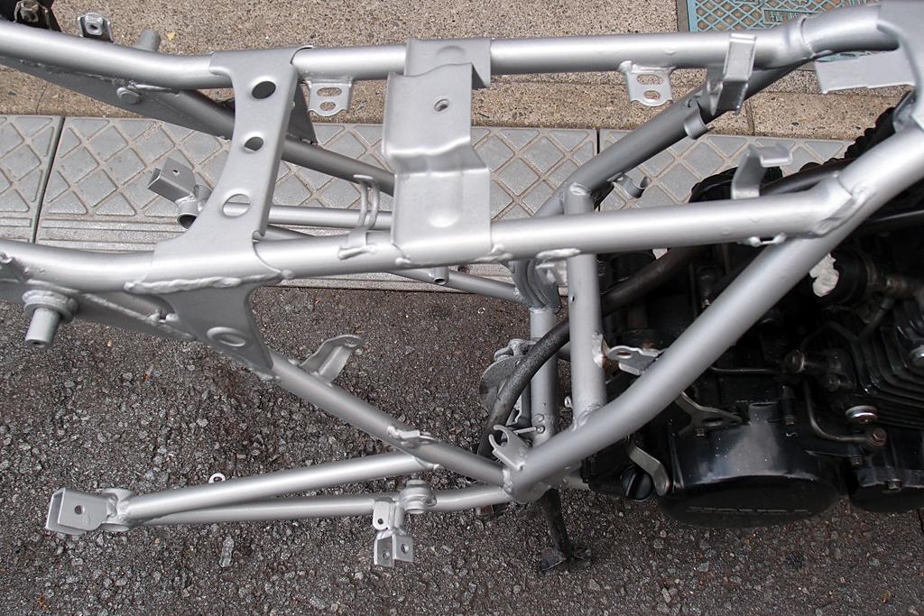 シルバー塗装後にクリア塗装したCBX125Fのフレーム周り
