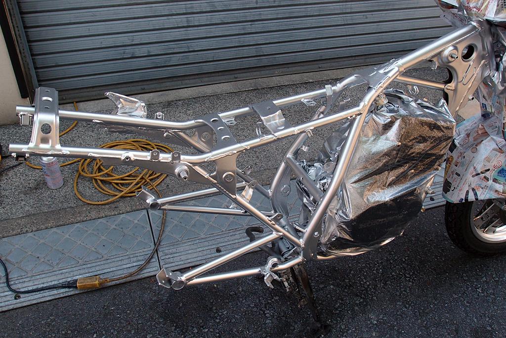 アクリル系シルバーで塗装したCBX125Fのフレーム周り