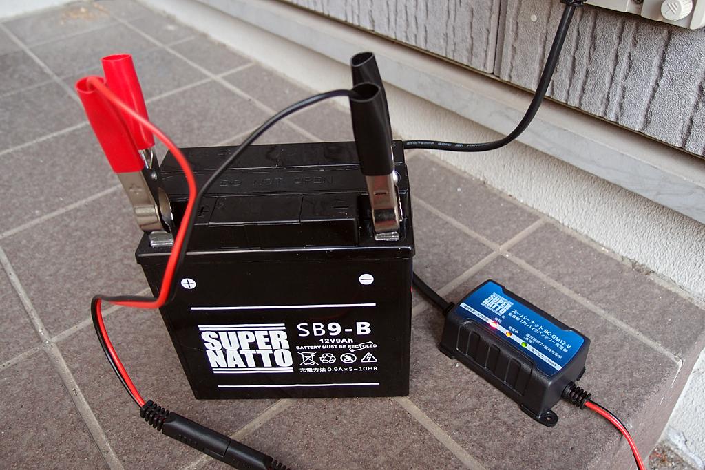 CBX125F用新品バッテリーをトリクル充電後に交換