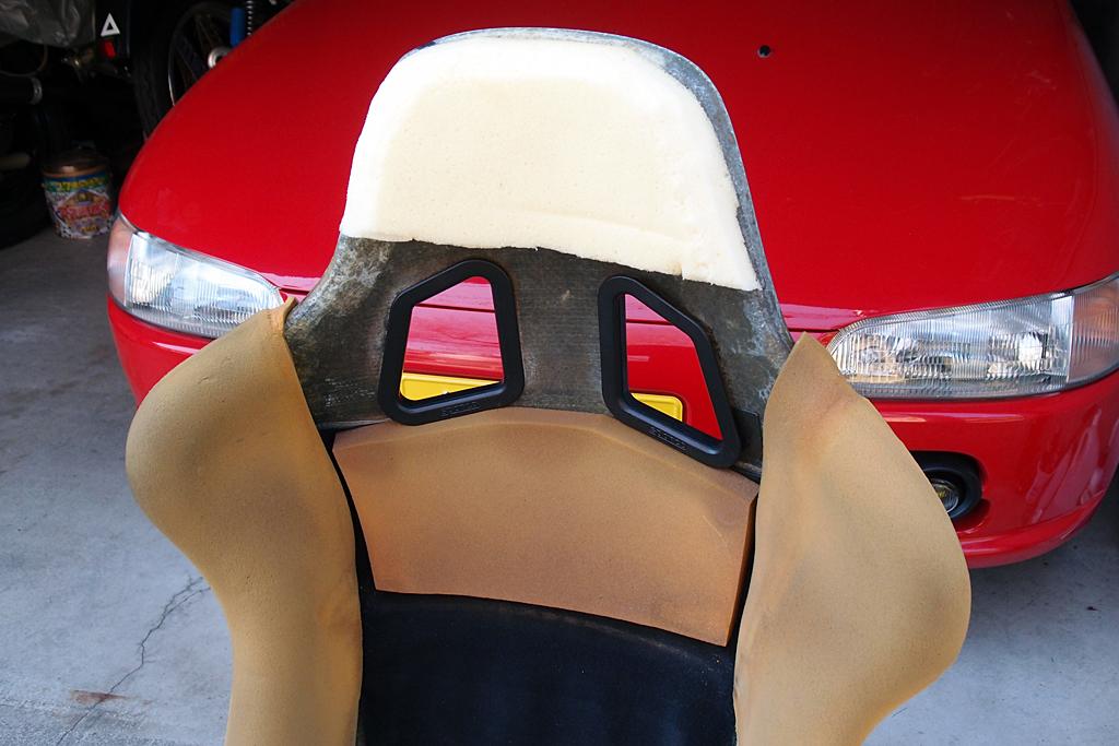 低反発ウレタンを成形したヘッドレスト