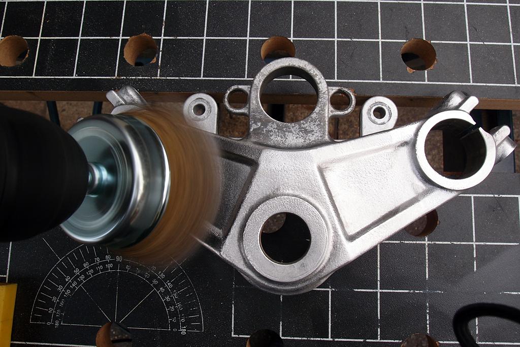CBX250S用のアルミ鋳造製トップブリッジを磨く