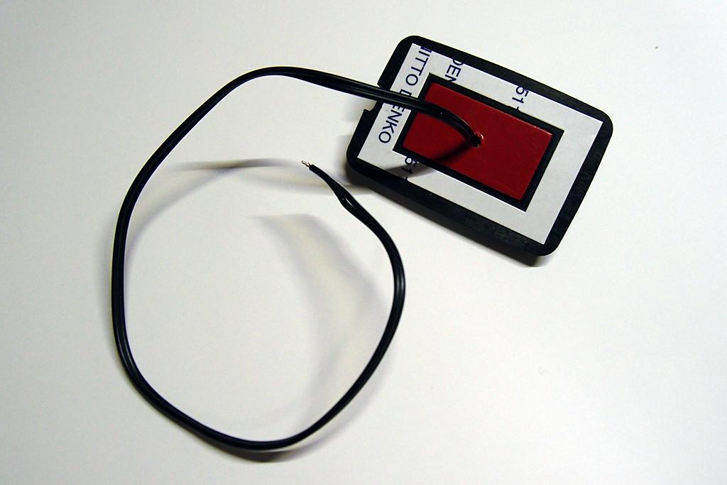 ラゲッジルーム用LEDのコード出口を加工