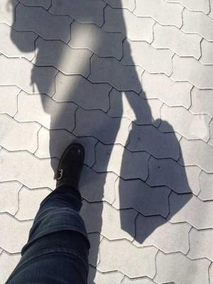 歩道を歩きながら