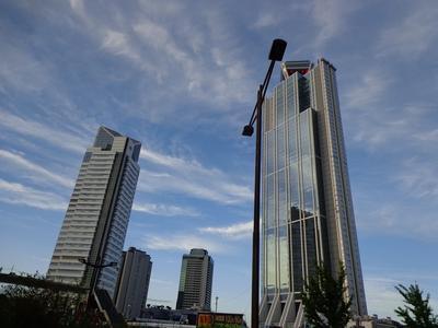 南港。ビルに映る空も好き