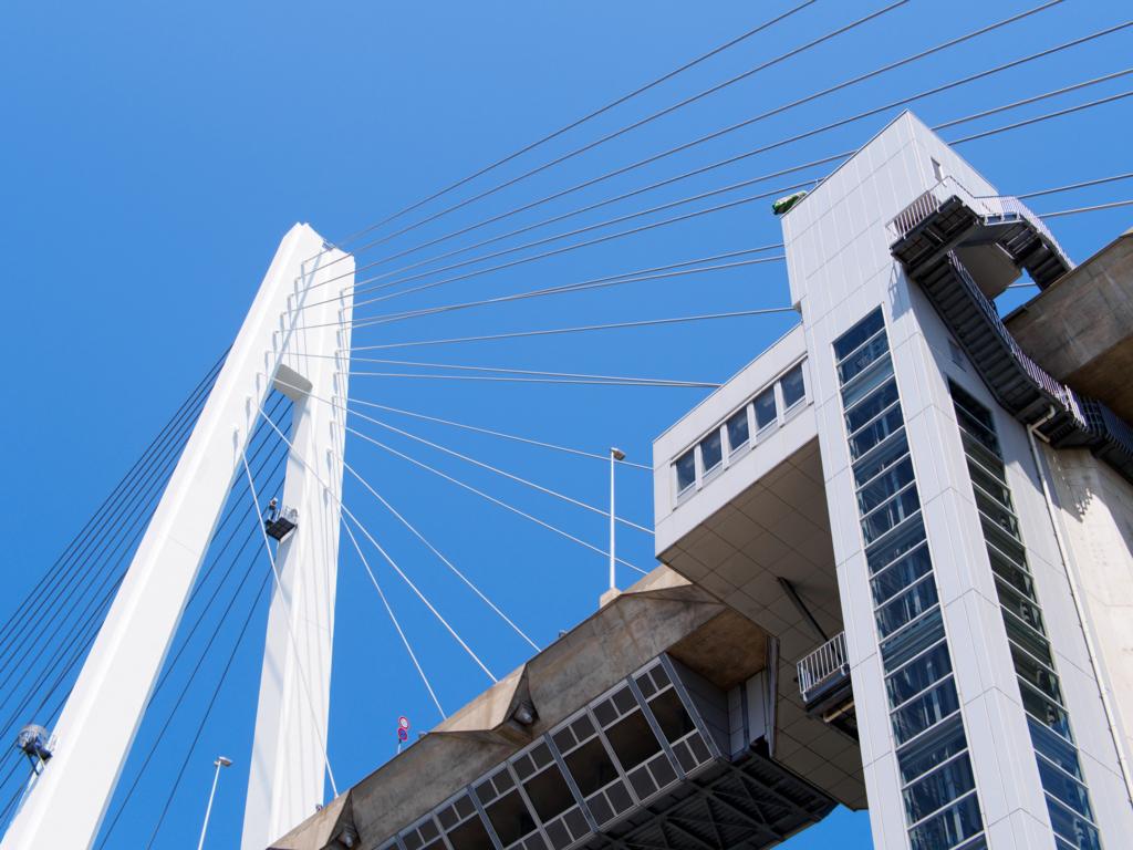 下から見上げた新湊大橋