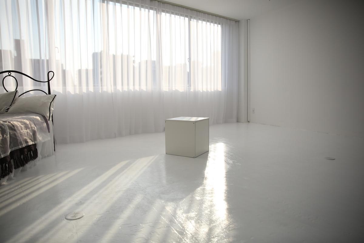 自然光差し込むスタジオの写真