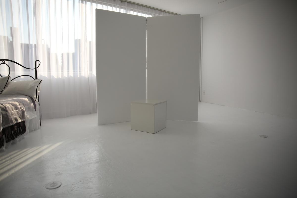 カポックでスタジオに差し込む自然光を遮っている写真