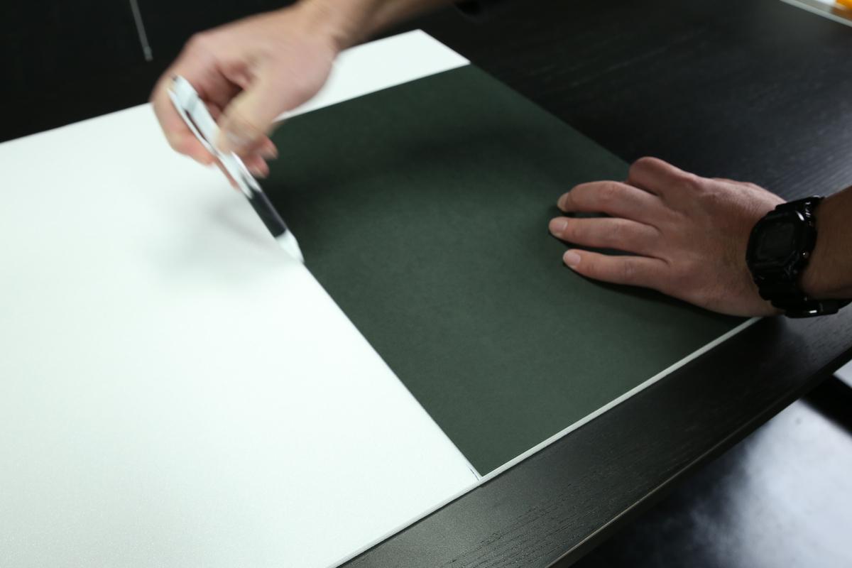 ホワイトボードをB4サイズの印をつけている写真