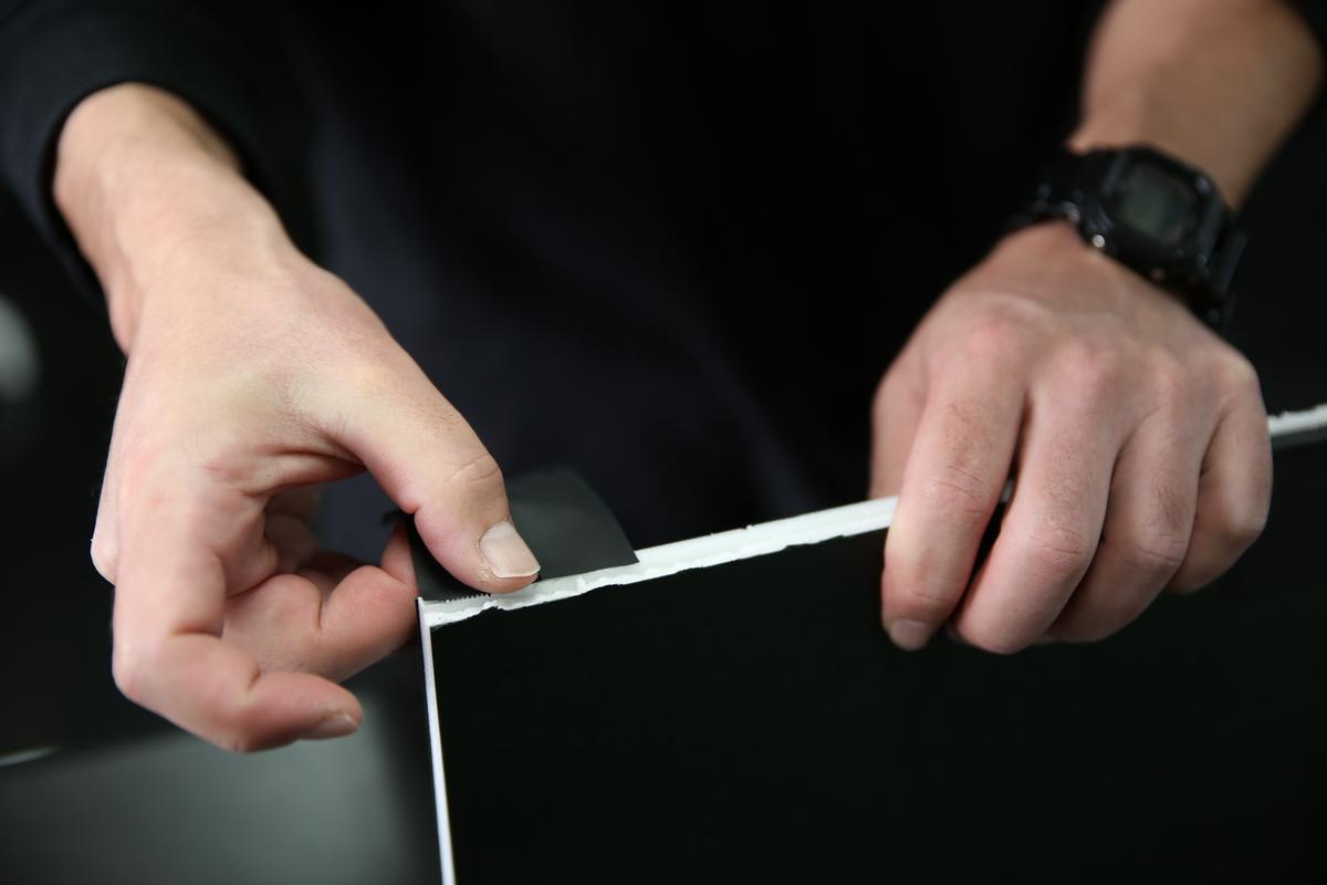 反対側に黒のテープを張り付けている写真