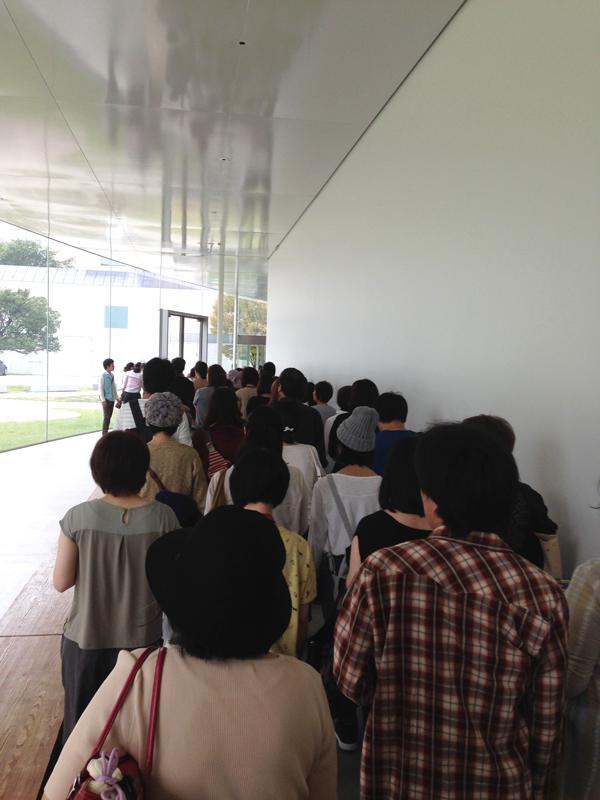 金沢21世紀美術館での行列