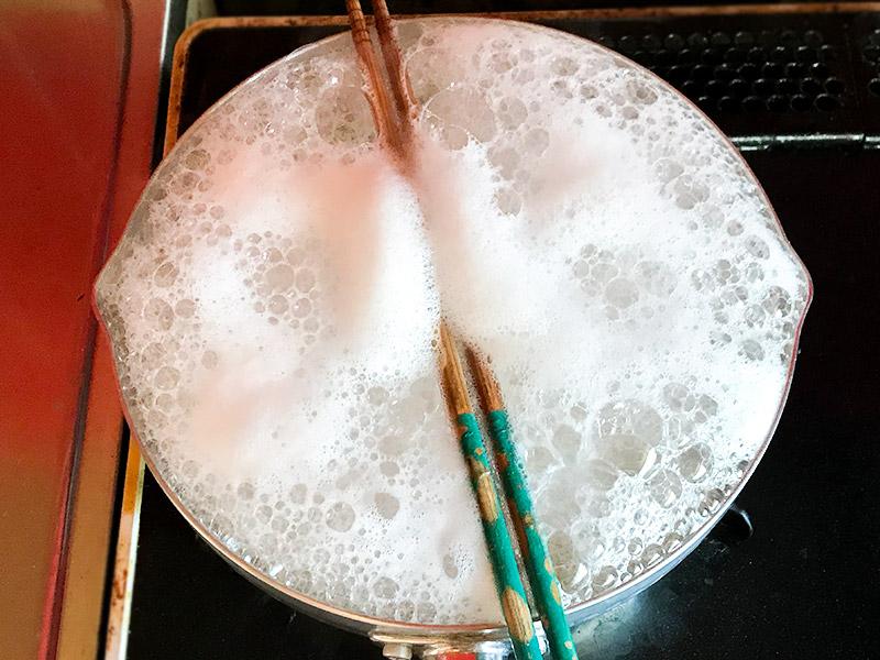 菜箸を置くだけで吹きこぼれない