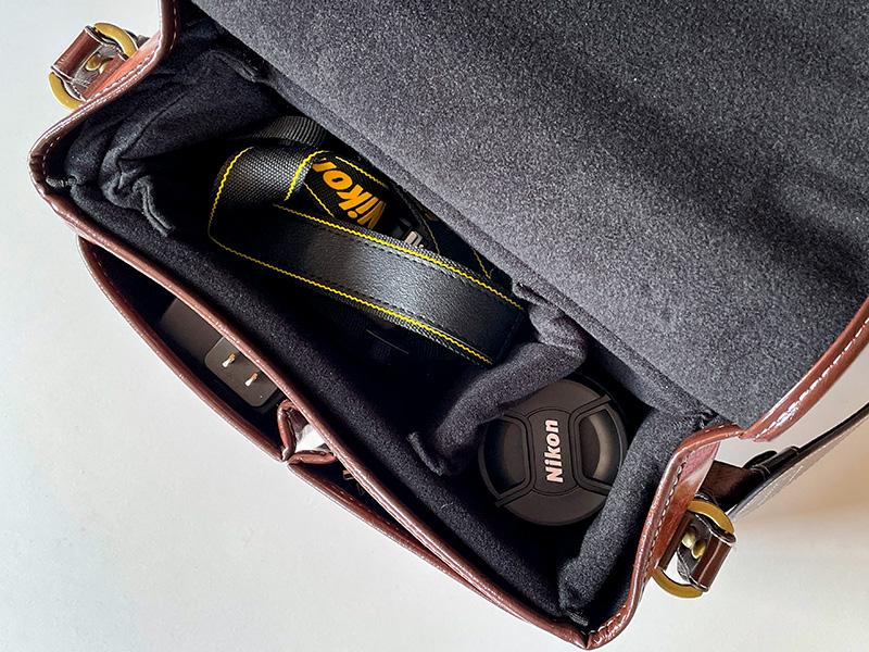 本革調のおしゃれカメラバッグ