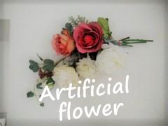壁に飾られた造花の束