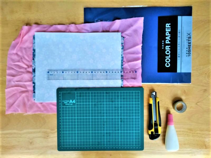 画用紙と布と接着芯と定規と工作マットとカッターとボンドとマスキングテープ
