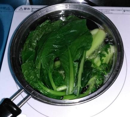 小松菜ゆでる鍋