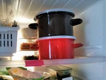 冷蔵庫内で重ねたパール金属のホーロー鍋、プチクック。
