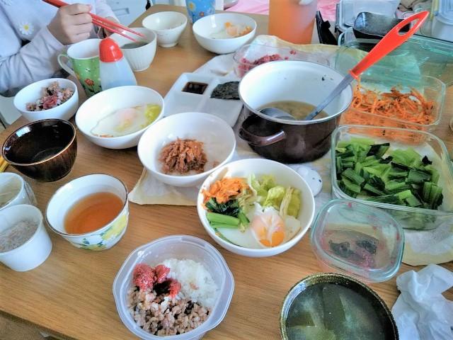 朝ごはんの味噌汁。iwaki保存容器の野菜も出したら彩りよくて自分でもびっくりした日。