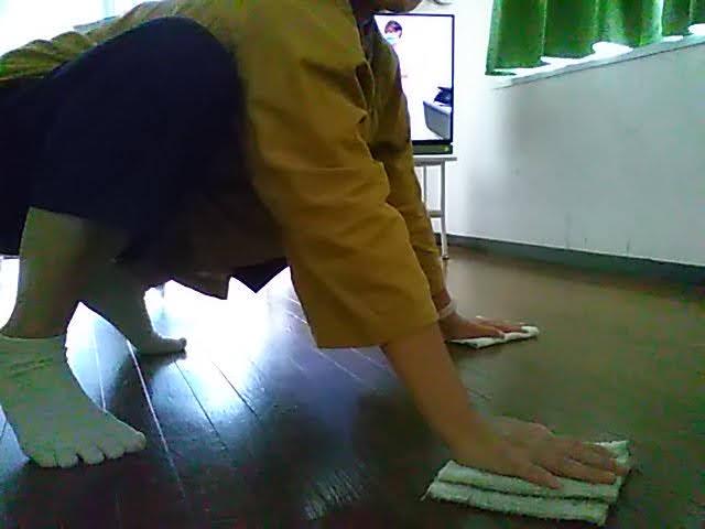 山善フローリング調ホットカーペット3畳を敷く前に床をふいてる