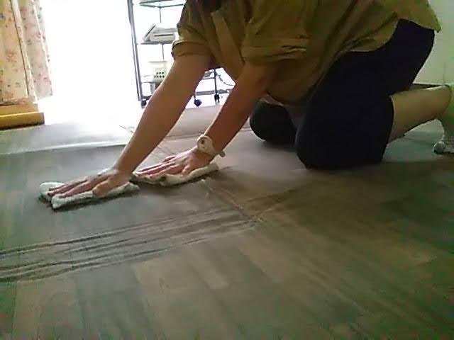 山善フローリング調ホットカーペット3畳の表面をふいてる