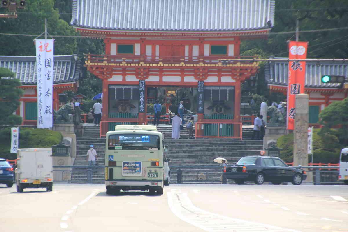 八坂神社 祇園祭最終日の朝9時半ごろ四条通りは交通量もすくない