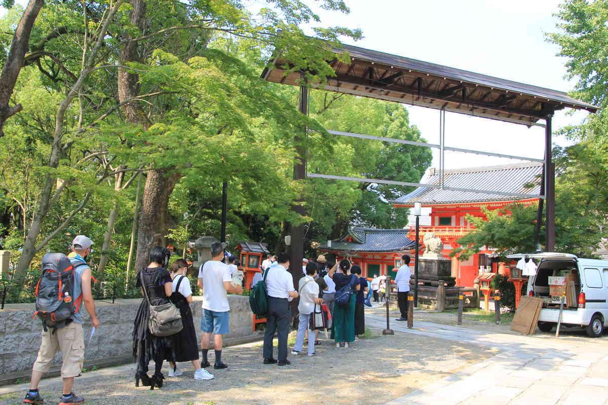 疫神社夏越祭 茅の輪くぐりを待つ列