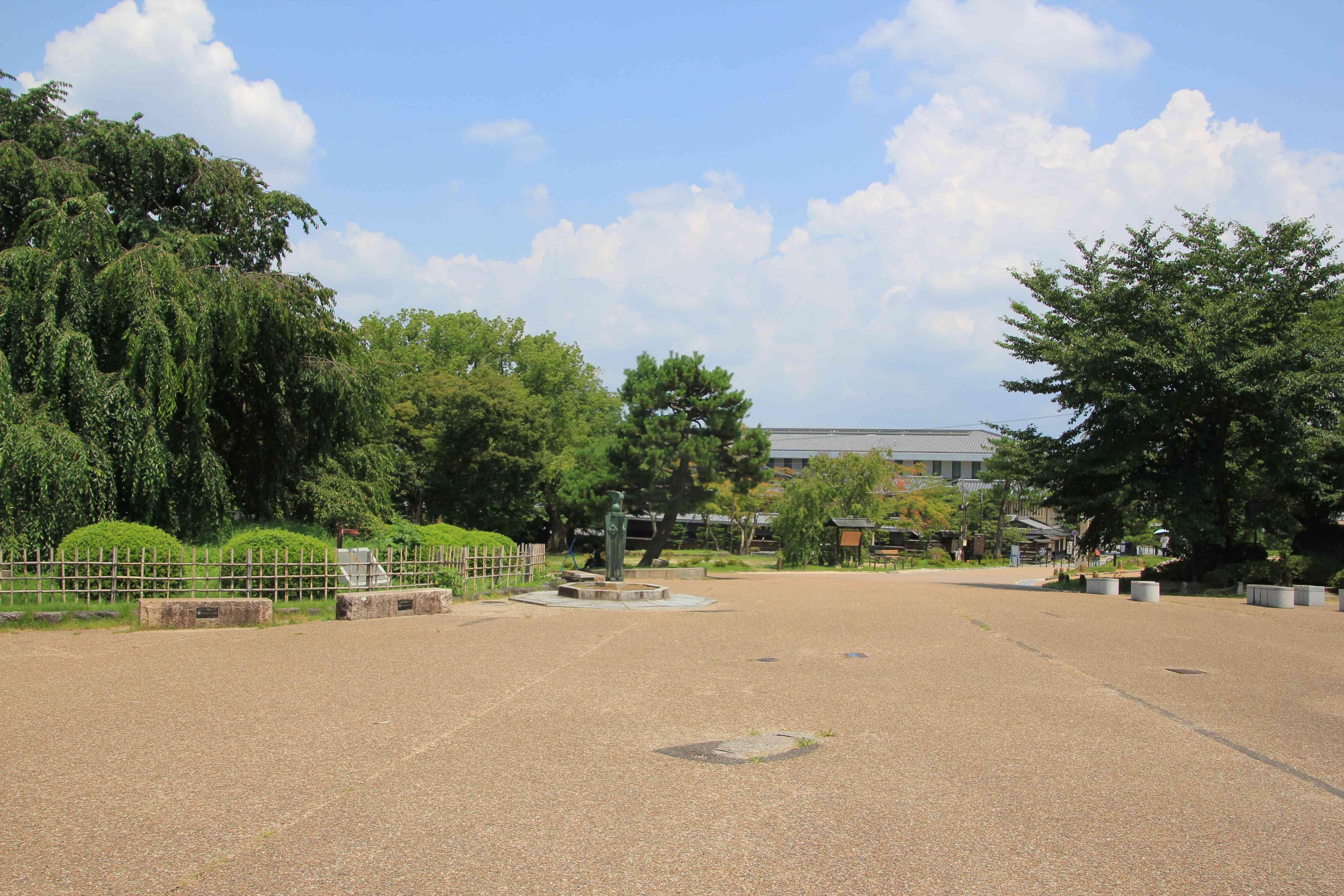 知恩院の方向、左に緑の葉になった「枝垂れ桜」