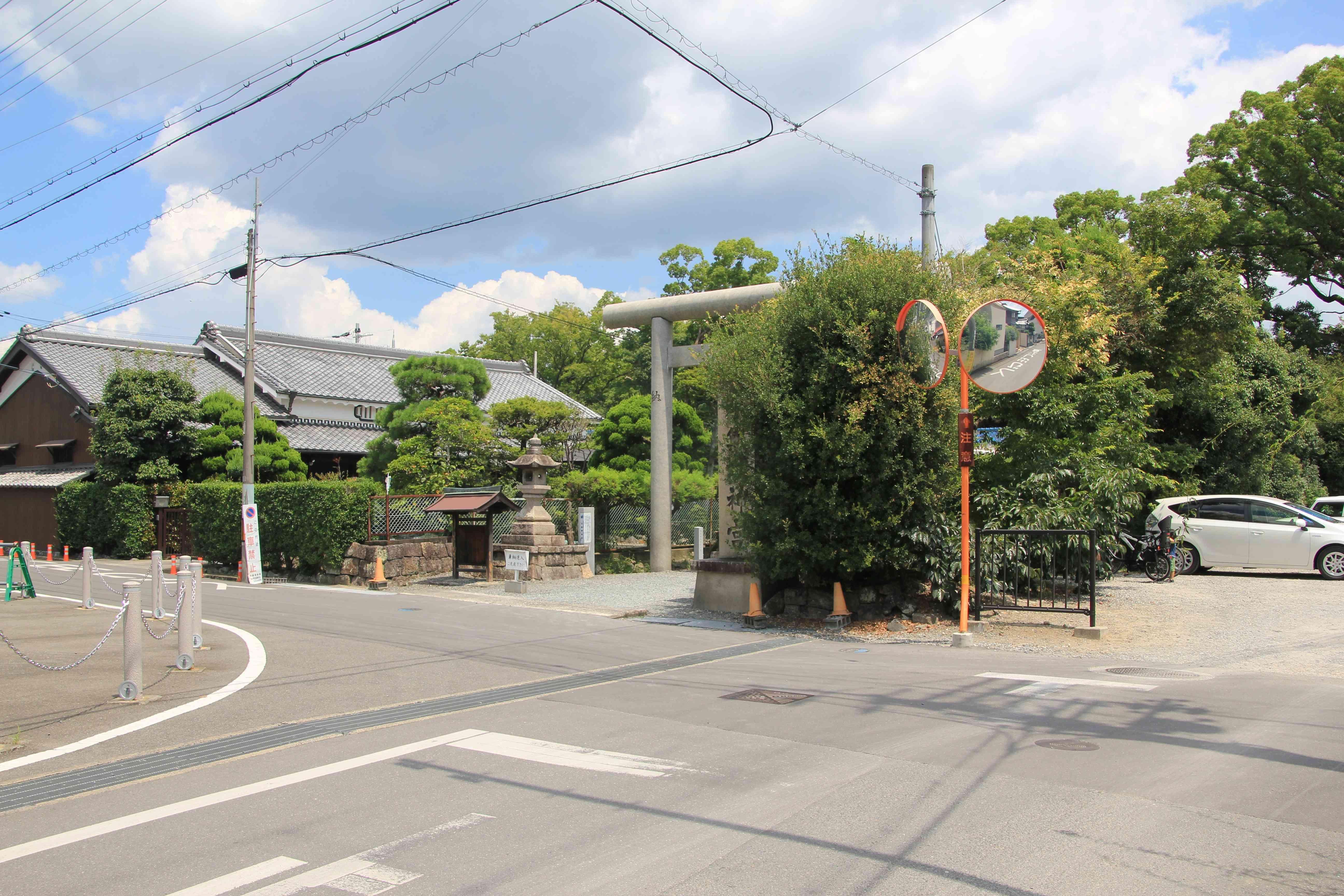 水無瀬神宮住宅街に鎮守の杜に囲まれてある。