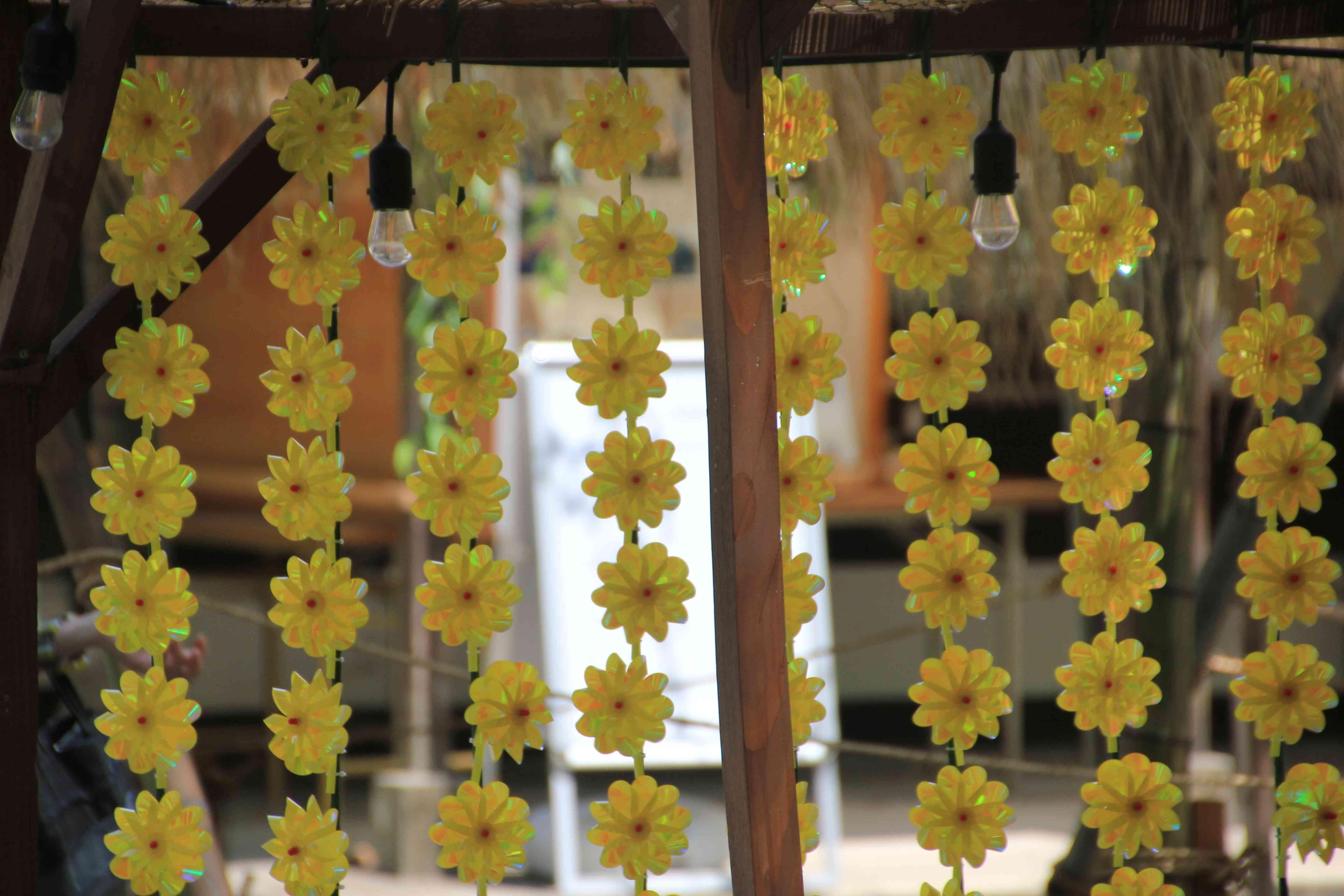 黄色い風車がひもに幾つも結いつけられて、何本もあった。