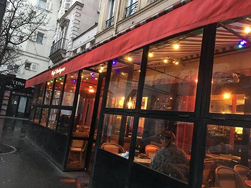 ホテル近くのカフェにて朝食