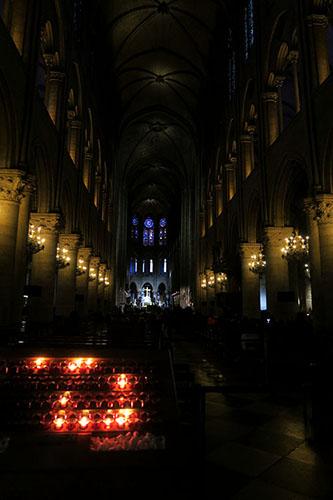 ノートルダム大聖堂内部の入り口付近より