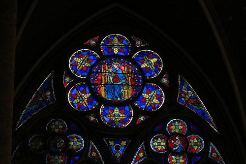 ノートルダム大聖堂のステンドグラスのアップ