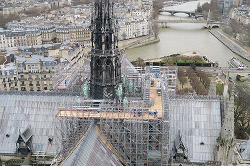 ノートルダム大聖堂の尖塔と工事用の足場
