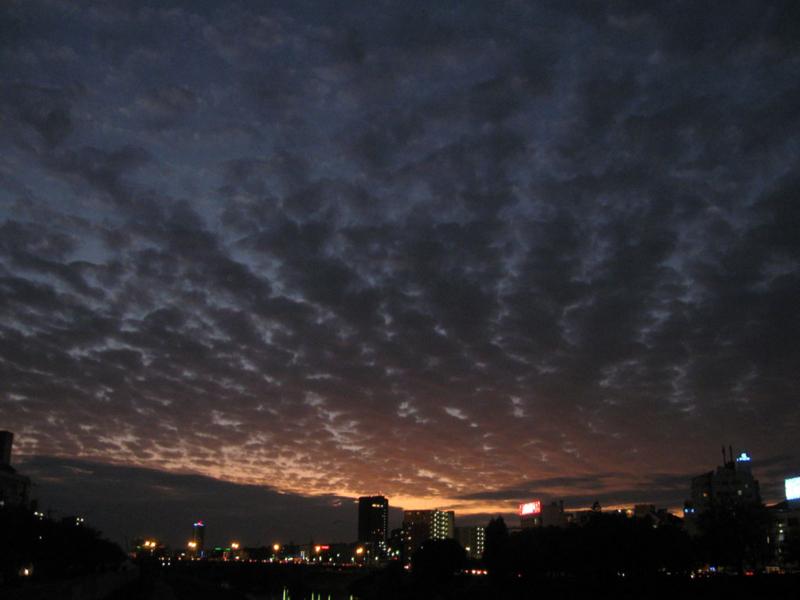 暗闇が街を包み込む5分前の画像
