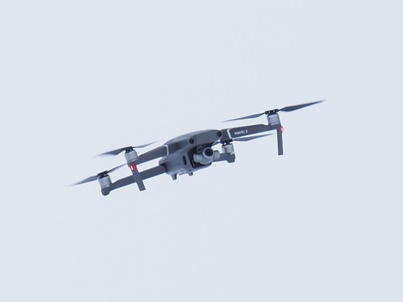 石狩川河川敷の上空で飛ぶドローン