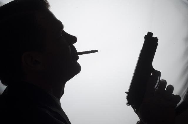 銃を持つ犯人