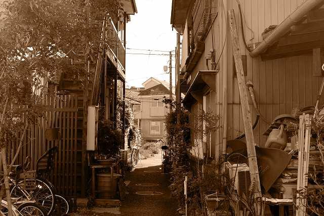 あばら家の狭い裏道
