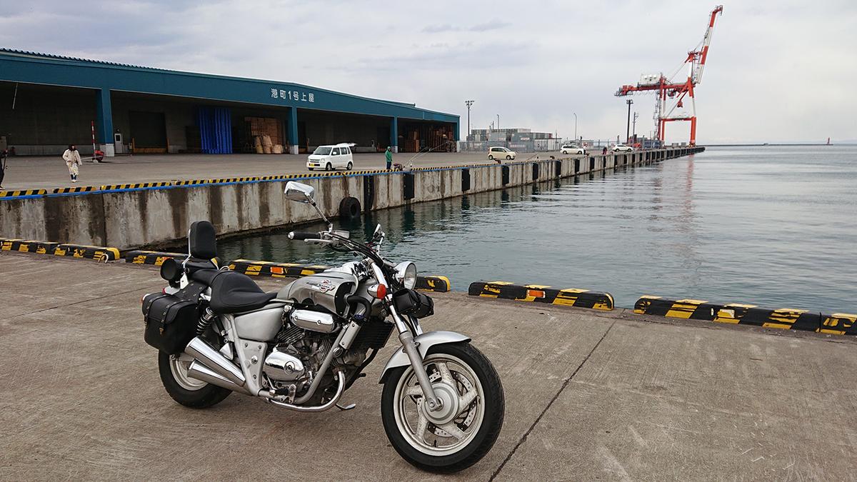 小樽港埠頭でマグナ君(カスタム途中)
