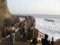 波に見入る人たち