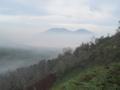 ラウン火山(中央奥)(イジェン火山より)(東ジャワ州,インドネシア)