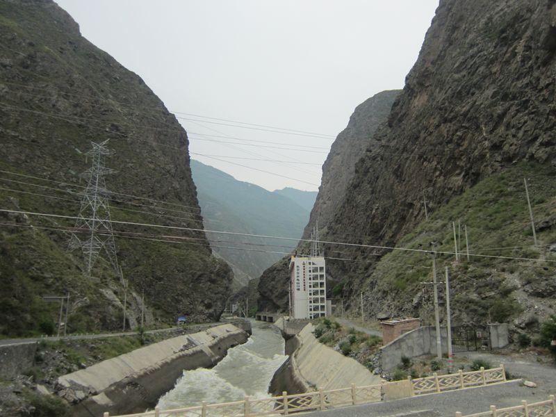 山岳部の水力発電所(中国四川省アバ州茂県と黒水県の境の峡谷)