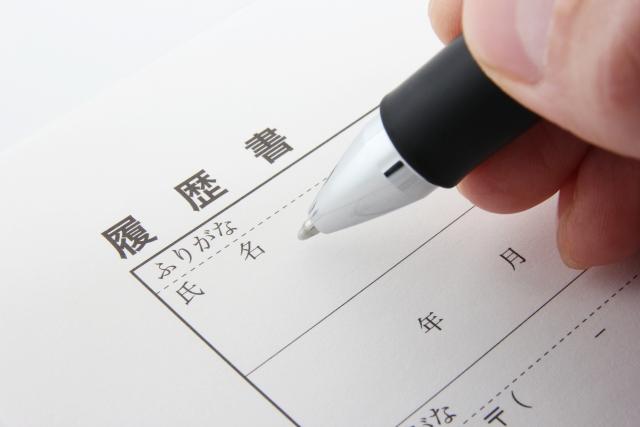ペンでスキルシートを書いている画像